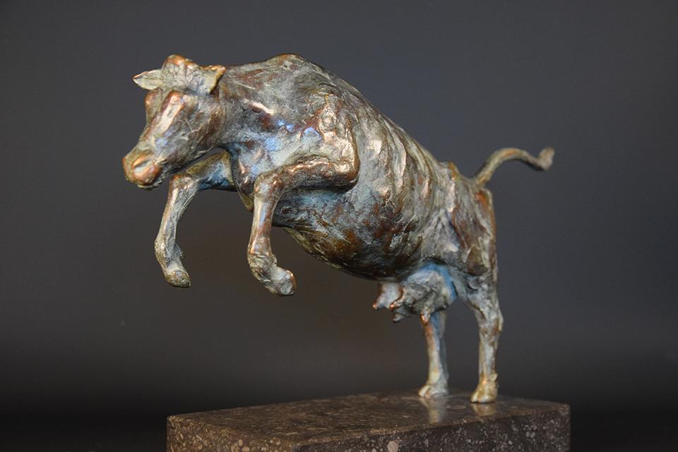 Koe in brons links 1