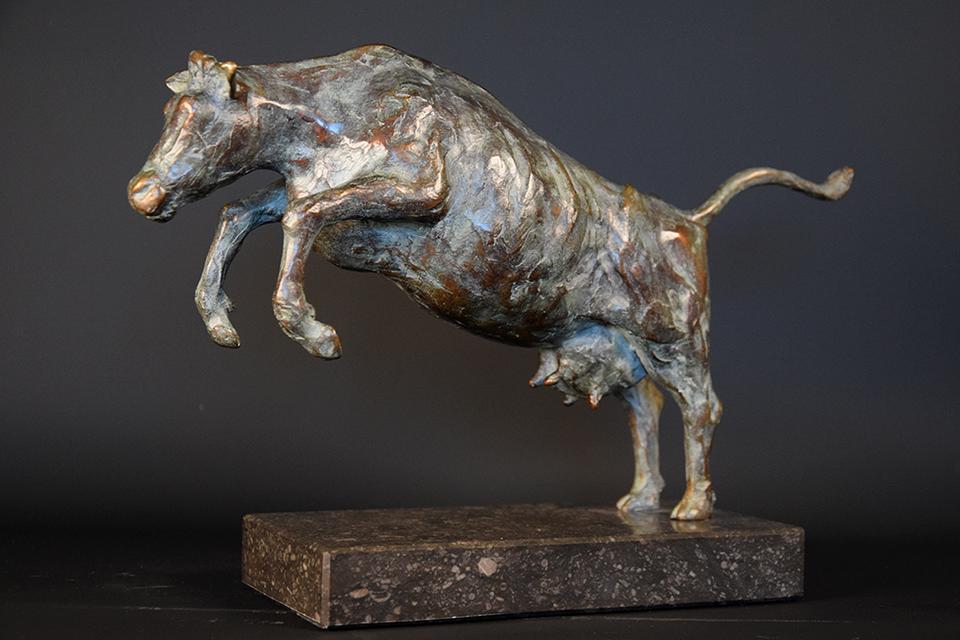 Koe in brons links 2