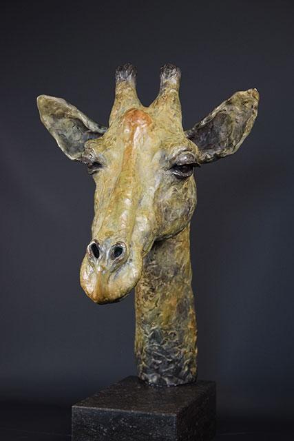 Giraffe-in-brons-links