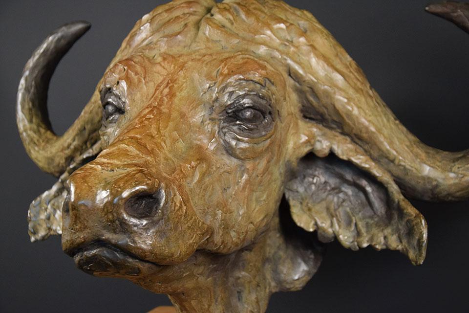 buffel-in-brons-schuinlinks